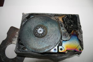 Вид гермоблока жесткого диска после пожара